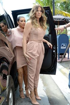 There are 4 tips to buy jumpsuit, khloe kardashian, pleated, nude, kim kardashian. Fall Fashion Outfits, Mom Outfits, Classy Outfits, Look Fashion, Chic Outfits, Fashion Dresses, Womens Fashion, Vetement Fashion, Kardashian Style