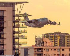 Un Boeing Globemaster a zburat printre blocurile din Brisbane (Foto / Video) Australian Defence Force, Royal Australian Air Force, Malaysian Airlines, Black Hawk Helicopter, Brisbane River, Skiathos, Cultural Events, Plaza Hotel, Large Art