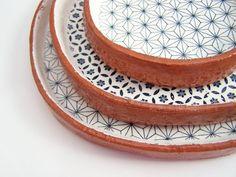 Diese Tapas-Platten sind einzeln handgefertigt von mir aus texturierten Terrakotta-Ton. Jede Platte beginnt von Roll-out einer Tafel aus Ton,