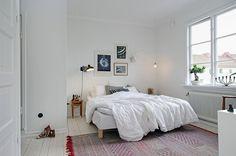 置きたくなるのは、やっぱりベッド。大きな家具を中心にしたお部屋づくりすると、全体のバランスがとりやすい◎