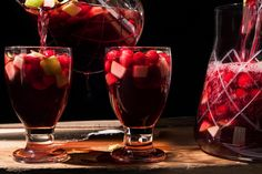 Spiced Cranberry Sangría (A holiday recipe for sangria with rosé wine, warm spices, and tart cranberries. Vegetarian Thanksgiving Menu, Cranberry Recipes Thanksgiving, Holiday Recipes, Thanksgiving Cocktails, Winter Cocktails, Holiday Foods, Fall Recipes, Holiday Ideas, Sangria Recipes