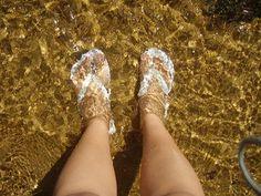 Você usa havaianas no banho?    Um hábito de muitas pessoas é usar havaianas no banho, tanto pela higiene como pelo fato das sandálias serem de borracha e isolarem os pés do chão gelado, principalmente no inverno.
