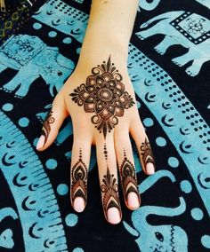 Beautiful Flowery Mehndi Design Mehndi henna designs are always searchable by Pakistani women and girls. Women, girls and also kids apply henna on their hands, feet and also on neck to look more gorgeous and traditional. Henna Designs Feet, Finger Henna Designs, Mehndi Designs For Girls, Mehndi Designs For Beginners, Stylish Mehndi Designs, Mehndi Designs For Fingers, Mehndi Design Photos, Best Mehndi Designs, Beautiful Henna Designs
