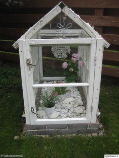 vanhat ikkunat,kriatalli lamppu,kesä kukat,puutarha