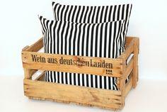 Schwarz und Weiß bilden eine klassische Farbkombination. Ob zurückhaltende Eleganz oder pures Wohnambiente. Verteile Deine schwarz-weiß-gestreifte ...