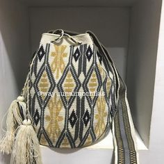No hay descripción de la foto disponible. Tapestry Bag, Tapestry Crochet, Couture Fashion, Couture Style, Fashion Backpack, Pouch, African, Crochet Bags, Purses