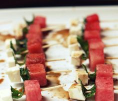 Kebabs—For Lunch, Dinner and Dessert: Watermelon, Feta and Mint Skewers. These salty-meets-sweet skewers, which thread together watermelon and mint with chunks of salty feta (goat or sheep's milk will work) make the perfect appetizer. Clean Eating Snacks, Healthy Snacks, Healthy Eating, Great Appetizers, Appetizer Recipes, Barbacoa, Kebabs, Skewers, Diet Recipes