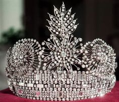 The Burmese Rose Tiara. Another tiara part of Queen Elizabeth's collection. British Crown Jewels, Royal Crown Jewels, Royal Crowns, Royal Tiaras, Royal Jewelry, Tiaras And Crowns, Jewelry Box, Jewelery, Pageant Crowns