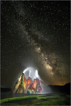 Milky Way over Fly Geyser, Nevada. The continuous Fly Geyser of Fly Ranch is on private land in Nevada and began during 1916 due to water well drilling that accidentally penetrated a geothermal source.Never knew this place existed? All Nature, Science And Nature, Amazing Nature, Earth Science, Fly Geyser Nevada, Cosmos, Beautiful World, Beautiful Places, Beautiful Scenery