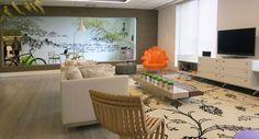 Casa Aberta - O home office de 185m² da arquiteta Betty Birger foi pensado como uma casa. Ele combina o aconchego doméstico e a eficiência de um ambiente corporativo em seu formato flexível, que permite reconfigurar a mobília de acordo com as necessidades. Um exemplo é o móvel entre a cozinha e o living, que serve de apoio, espaço de armazenamento e superfície de trabalho. O quarto em forma de cubo, sobre rodinhas, pode ser transportado de um lado para outro.