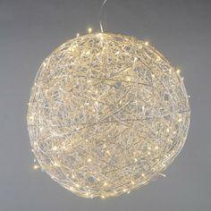 Lámpara de pie DRAHT bola 80cm LED aluminio - Lámpara de pie con un hermoso diseño en alambre de aluminio trenzado. Las bombillas halógenas brillan a través del alambre produciendo un efecto de iluminación muy especial. Esta lámpara es adecuada tanto para interiores como para exteriores. Viene con un cable de 450 cm de largo y enchufe, esta lámpara es ideal para colgarla.