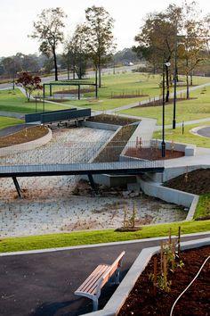Redfern Park, Minto, Australia - bridge over raingarden. Door verschillende stucutren en vormen te gebruiken in een openbaar park brengt dit een goede sfeer en mooi uiterlijk. Gepint door: Lotte Versteeg