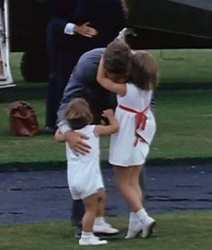 ♛ The Kennedy Family ♛ — John F. Kennedy and children Caroline and John. John Kennedy Jr., Les Kennedy, Caroline Kennedy, Jacqueline Kennedy Onassis, Jaqueline Kennedy, Die Kennedys, Familia Kennedy, John Junior, Jfk Jr