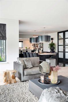 Landelijk moderne woonkamer met vouwgordijnen van zonnelux foto anneke gambon stijlvol - Eigentijdse pouf ...