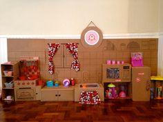 Uma casinha de bonecas feita de papelão, no melhor estilo DIY e repleta de detalhes inspiradores para elaborar sua própria festa infantil feita em casa.