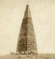 Башня из бочек с алкоголем время сухого закона в США 1924 год.