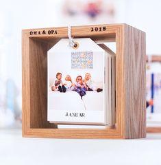 Persönlicher Fotokalender oder abwechslungsreicher Bilderrahmen Heute zeige ich euch eine kleine Foto-Bastelei zum Verschenken – bevorzugt an Omas und Opas, die ja meist die allergrößte Freude an Fotos ihrer Enkel und Urenkel haben: einen DIY Fotokalender im Holzrahmen mit wechselndem Front-Motiv. Wenn ihr jetzt denkt, die Idee kommt ein kleines bisschen zu spät für 2018, dann könnt ihr meine Idee einfach ein bisschen abwandeln: lasst die Jahreszahl weg und schon habt ihr einen für immer…