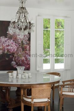 Marble top timber kopitiam table, in a Sydney house with Marbella Kaspar painting of Peonies. Kitchen Dinning Room, Dinning Table, Table And Chairs, Dining Rooms, Interior Fit Out, New Interior Design, Vogue Living, Inspired Homes, Decoration