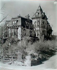 Second Empire Wheelock House, 661 West Street, Manhattan. Old Abandoned Buildings, Abandoned Castles, Old Buildings, Abandoned Places, Spooky Places, Haunted Places, Old Mansions, Abandoned Mansions, Residence Architecture