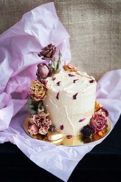 Eternal Roses Salted Caramel & Vanilla Rose Cake #ToffeePudding Chocolate Caramels, Chocolate Cake, Chocolate Belga, Toffee Pudding, Swiss Meringue Buttercream, Rose Cake, Cream Roses, Vanilla, Desserts