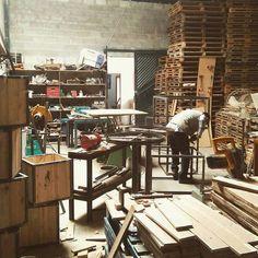 VAMO QUE VAMO! Novos mobiliários ficando pronto. Segura que vem mais novidade.  Nosso único impacto é o visual. . brotherwoodsgo@gmail.com #brotherwoodsgo #arteemmadeira #ferramentaria #madeira #metal #solda #inspiracao #inovacao #evento #aco #sustentabilidade #reciclar #design #decor #decoracao #homedecor #arquitetura #goiania #gyn #pallet #wood #rustico #handmade #selfmade #lumberjack #workhard by brotherwoodsgo http://ift.tt/1TREkif
