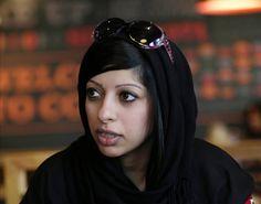 Mit einem Siegeszeichen zeigt sich die Aktivistin Zainab al-Khawadscha bei einem Protestmarsch im Oktober 2014. Kurz darauf wurde sie verhaftet ... Ihr Vater, ebenfalls ein bekannter Menschenrechtler, wurde zu lebenslanger Haft verurteilt.