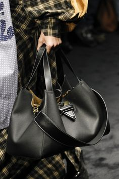 https://www.vogue.com/fashion-shows/fall-2017-ready-to-wear/loewe/slideshow/details#53
