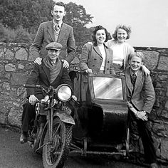 Arthur y Olive Matthews con otros precursores en una moto con sidecar