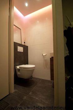 verlaagd plafond met spotjes en indirecte led verlichting Bathroom Toilets, Small Bathroom, Toilet Design, House Goals, Luxury Living, Light Decorations, Powder Room, Interior Inspiration, House Design