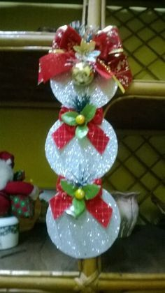 Creates plenty of Christmas decorations basis using old CDs as you have on hand and are about to discard. Christmas Ornament Crafts, Christmas Art, Christmas Projects, Holiday Crafts, Christmas Wreaths, Recycled Cd Crafts, Diy And Crafts, Xmas Decorations, Creations
