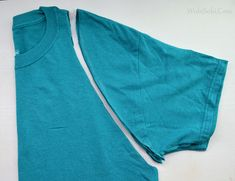 Here is another easy shirt for you to make in less than 5 minutes. Today marks day 40 of the 90 day challenge that I set up for mys. Diy Upcycled Clothing No Sew, Diy Clothes Refashion, Shirt Refashion, Diy Shirts No Sew, T Shirt Diy, T Shirt Remake, Cut Up T Shirt, T Shirt Hacks, Simple Shirts