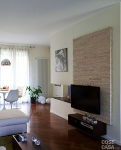 La tipologia della casa è quella tradizionale della villetta a schiera anni Ottanta, ma un recente intervento ha attualizzato e migliorato la distribuzione degli ambienti.