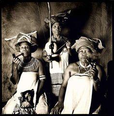 """Após uma terrível batalha, a deusa protectora transformou o arco do guerreiro no primeiro instrumento musical da tribo, para que a música e a paz substituíssem as armas e guerras para sempre."""" (Mitologia Bantu-Nguni, Zulu – Africa do Sul"""