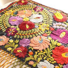 ハンガリーのアンティークマチョ刺繍のタペストリー 130×50cm ge-520
