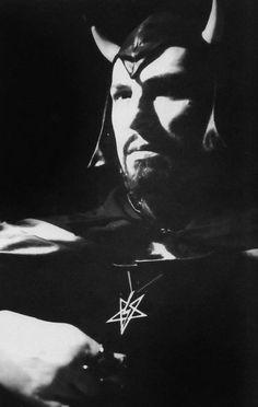 ♆Anton LaVey♆ Anton LaVey sporting his personal Sigil: the Lightning Bolt Pentagram. Laveyan Satanism, Satanic Rituals, Satanic Art, Demonology, Evil Spirits, Weird Pictures, Underworld, Black Art, Witchcraft
