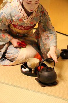Japanese Geisha, Japanese Kimono, Japanese Tea Ceremony, Tea Ceremony Japan, Princess Movies, Oriental, Geisha Art, Body Reference Drawing, Tea Art