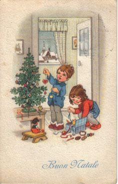 Due bimbi preparano l'albero