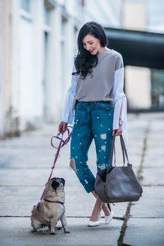 Must Have des Frühlings Perlenjeans DIY | OOTD outfit mit Jeans mit Perlen, Pullover mit Statementärmeln, pearls, Pumps, High Heels, Streetstyle | Julies Dresscode Fashion Blog | https://juliesdresscode.de