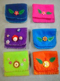Carteirinhas de feltro bordadas a mão com aplicação de botões