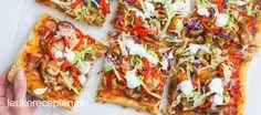 Lekker snacken in het weekend met deze pizza met shoarma, puntpaprika en knoflooksaus