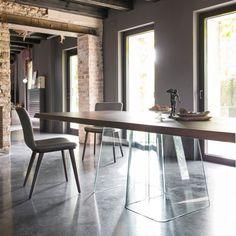 Une table à manger ultra design avec un plateau en bois et un piètement en plexiglas, Calligaris