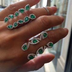 We 💚Emeralds 💫 💚✨💫 Custom Jewelry, Jewelry Art, Jewelry Design, Gold Jewelry, Emerald Earrings, Ring Earrings, Djula Jewelry, Beautiful Gold Rings, Pakistani Jewelry