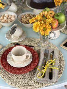 Cinco dicas baratas para decorar a mesa | Almoço de sexta - Utilizei louça com base neutra e cores como bege, vermelho e amarelo. Algumas ideias de diy: lousa com mensagens para decorar e também bowl+prato para utilizar como boleira. As canecas de café foram usadas para colocar as flores e xícaras para os doces. O guardanapo foi amarrado com fita amarela. Buffet, Afternoon Tea, Tea Party, Table Settings, Dining Room, Table Decorations, Eat, Cooking, Food