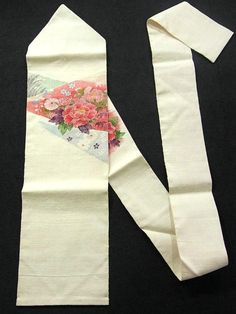 This is a Tsumugi Nagoya obi with glamorous flowers , such as 'botan'(peony) and 'Kiku'(chrysanthemum), which is woven. colorfully