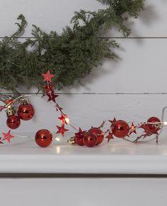 Nydelig lysslynge i rød farge med julekuler og stjerner på en Dew Drop slynge. Vakker til både borddekorasjon, til blomsteroppsatser eller til hyller og vinduer hvor den kan skinne vakkert. Led, Christmas Wreaths, Holiday Decor, Home Decor, Decoration Home, Room Decor, Home Interior Design, Home Decoration, Interior Design