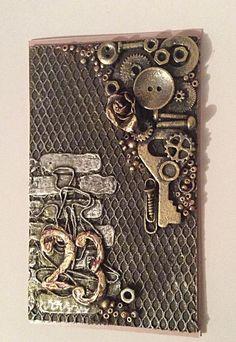 Предлагаю сделать открытку-магнит к предстоящему празднику 23 февраля. Я думаю, справиться сможет каждый! Для работы потребуется: - бумага для акварели - магнитный винил - жесткий фатин - универсальный клей - акриловый грунт - текстурная паста - трафарет - акриловые краски - разнообразная мелочь (пуговицы, шестеренки, ключи, нитки, бусины, бисер, пружинки и т.п.) Приступим. 1. Вырезала загот…