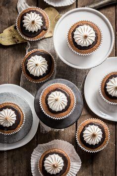 Pumpkin Ginger Cupcakes with Chocolate Icing & braised hood Köstliche Desserts, Delicious Desserts, Dessert Recipes, Pavlova, Mini Cakes, Cupcake Cakes, Pumpkin Cupcakes, Small Cake, Pumpkin Recipes