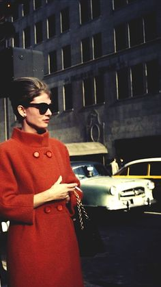 """❤ the red coat. ️Audrey Hepburn as Holly Golightly in """"Breakfast at Tiffany's"""" Divas, Classic Hollywood, Old Hollywood, Hollywood Scenes, Style Audrey Hepburn, Audrey Hepburn Breakfast At Tiffanys, Audrey Hepburn Fashion, Audrey Hepburn Givenchy, Holly Golightly"""