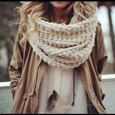 I'm in love with the look of chunky knit scarves! Looks Chic, Looks Style, Style Me, Fashion Moda, Look Fashion, Womens Fashion, Fall Fashion, Christmas Fashion, Knit Fashion