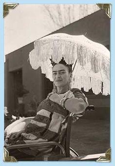 Frida, in wheelchair/umbrella Photo : Arquin, Florence